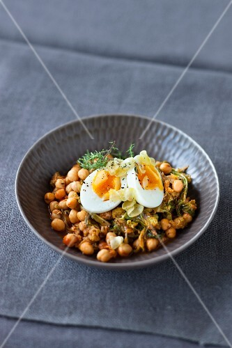 Chickpeas with garlic eggs