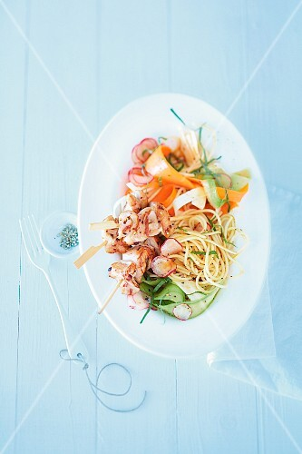 Vegetable salad with pasta and chicken skewers (seen from above)