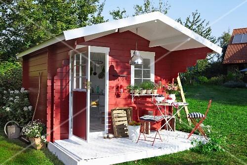 Favorit Rotes Gartenhaus aus Holz im skandinavischen Stil – Bild kaufen ZA66