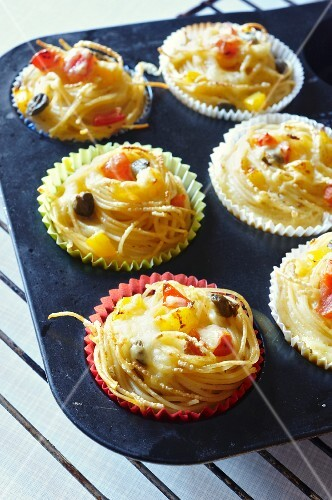 Spaghetti muffins with peppers and capers