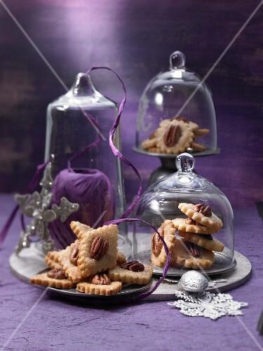 Teller mit Pecannusskeksen unter Glashauben