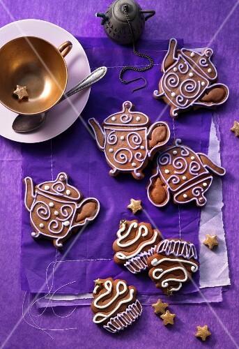 Verzierte Lebkuchen als Teekanne und Cupcake