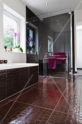 Badezimmer Mit Dusche Hinter Glaswand Badewanne Bodenfliesen In