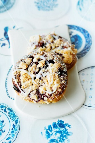 Hamburg crumble cakes with icing sugar
