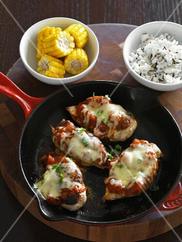 Gratinated chicken breast with Moroccan tomato sauce and cheese