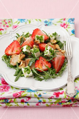 Rocket and strawberry salad with feta cheese, chicken and walnuts