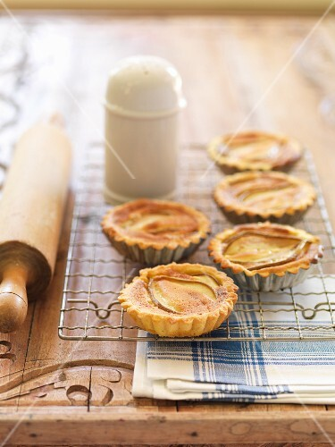 Pear tartlets with cardamom
