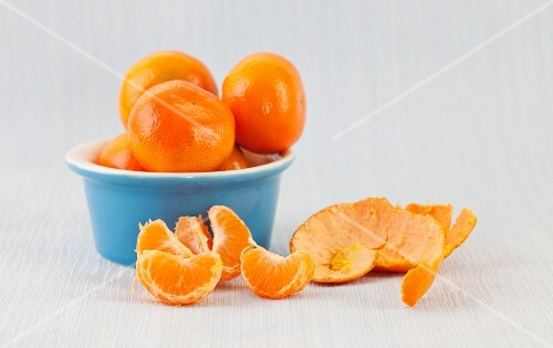 Whole and peeled clementines