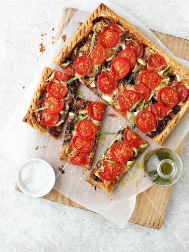 A tomato and onion tart (seen from above)