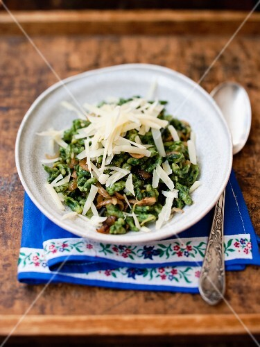 Spinach spätzle (soft egg noodles from Swabia) with onions and mountain cheese