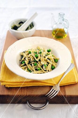 Trofie with peas and homemade basil pesto