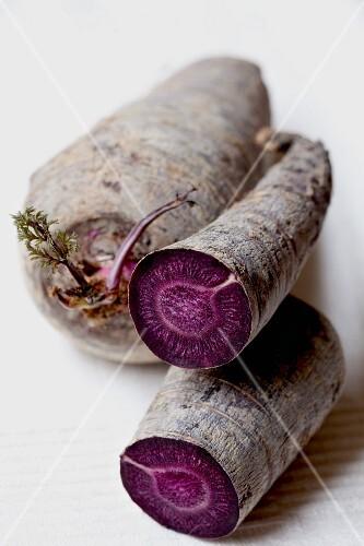 Violette Karotten, ganz & angeschnitten