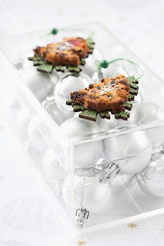 Shaped, toasted Christmas cake slices