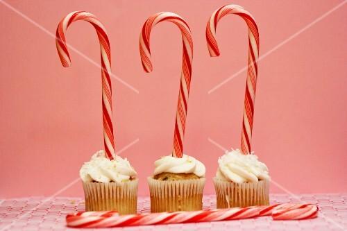 Drei Cupcakes mit Zuckerstangen