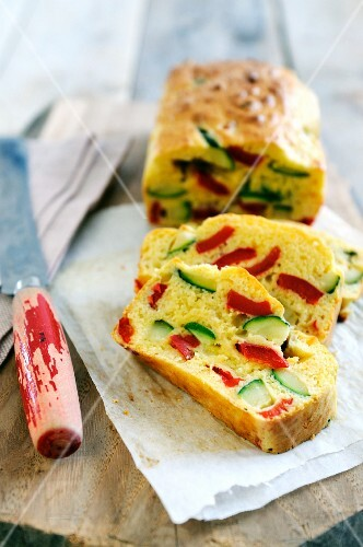 Spicy loaf cake with courgette, pepper and cheese