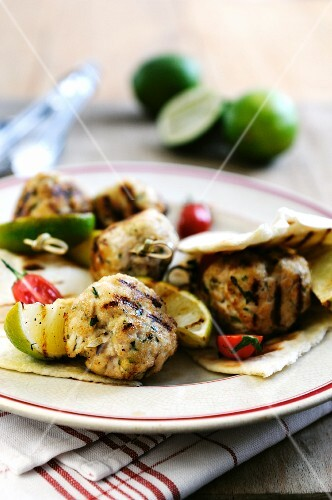 Grilled turkey kebabs with limes and unleavened bread