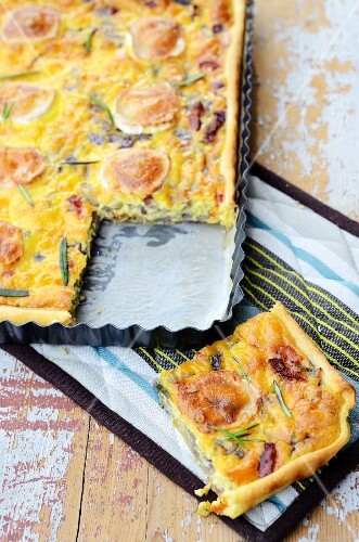 Red onion tart with goat's cheese and bacon