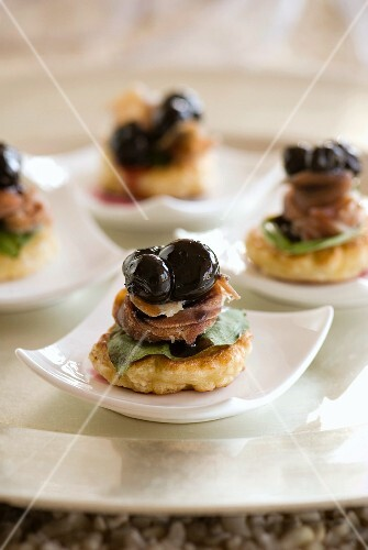 Blinis with cured pork and blueberries (Christmassy)