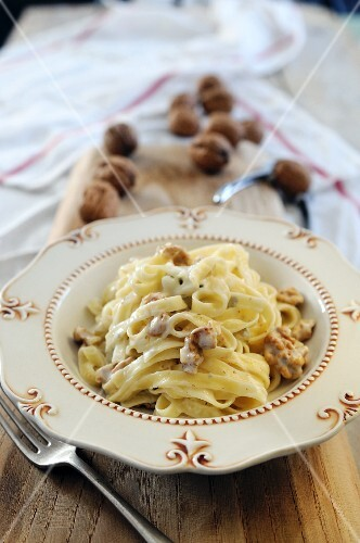 Tagliatelle with ricotta and walnut sauce