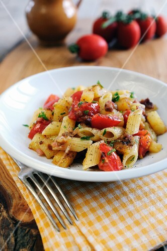Penne pasta with pancetta and fresh tomato sauce