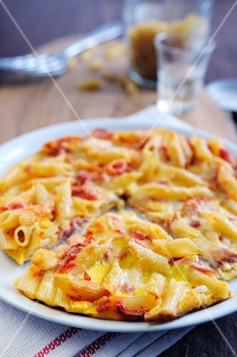 Penne pasta omelette with ham and cheese