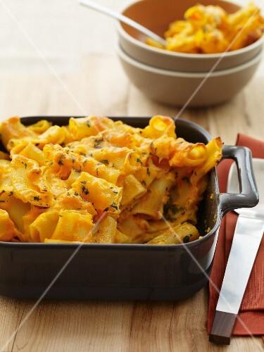 Macaroni and Cheese in einer Auflaufform