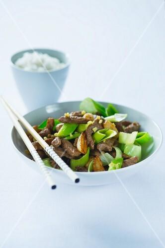 Stir-fried beef with leek and garlic