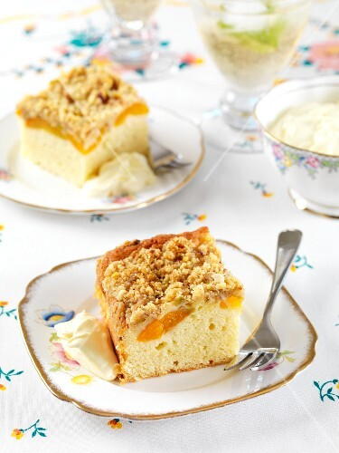 Apricot crumble cake with cream