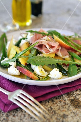 Insalata di tarassaco (colourful Italian salad with dandelion leaves)