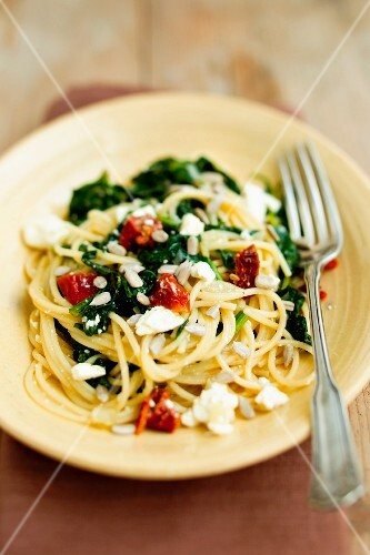 Spaghetti with spinach and sheep's cheese