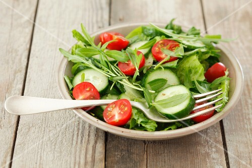 Rocket salad with cucumber, cherry tomatoes and tarragon