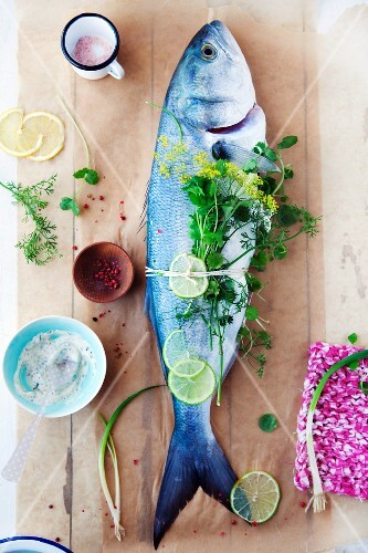 Seabream with herbs and lemon slices
