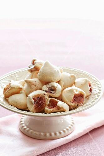 Meringue biscuits with berries