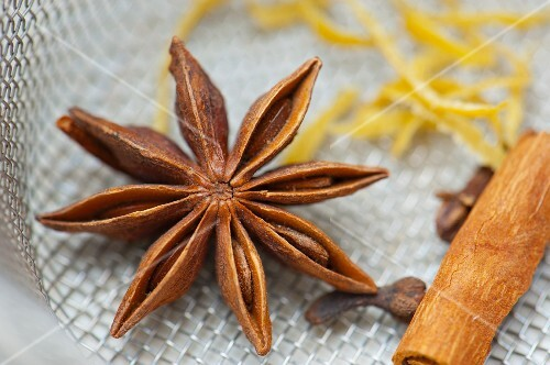 Star anise, cloves and a cinnamon stick
