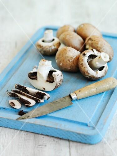 Brown mushrooms, some sliced