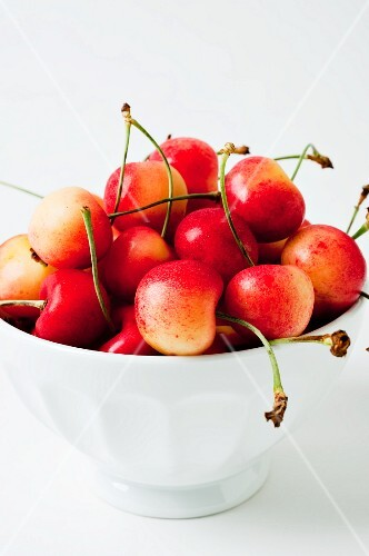A bowl of white cherries