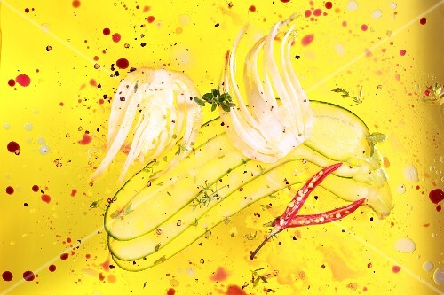Fennel, courgette and chilli slices lying in olive oil