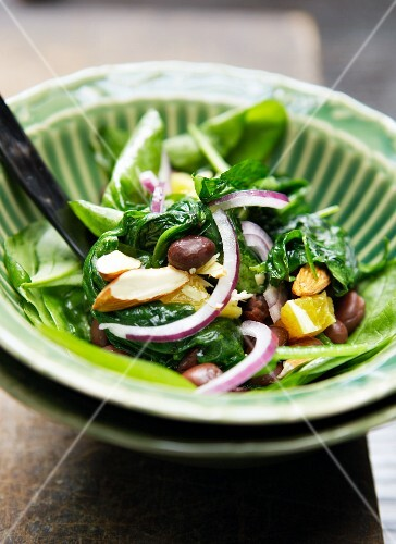 Spinach salad with olives, oranges, red onions and almonds
