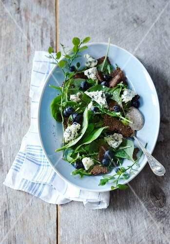 Blueberry salad with bread and gorgonzola