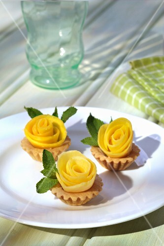 Tartlets with mango roses