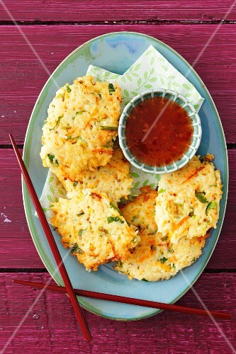 Rice cakes with spring onions and sweet and sour sauce (Asia)