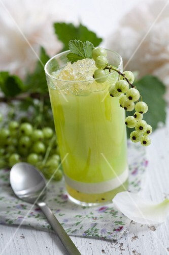 Melon and currant juice with ice