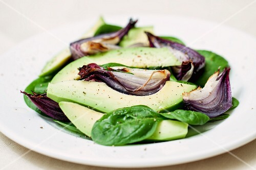 Avocado salad with spinach and red onions