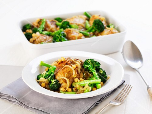 Chicken with broccoli, onions and chickpeas