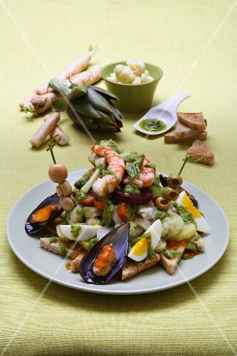 Cappon magro (Italian seafood dish with vegetables and croutons)