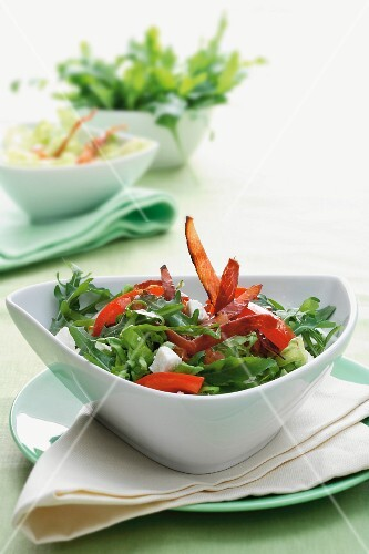 Rocket salad with peppers and ham