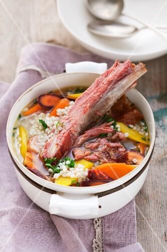Rindfleischeintopf mit Graupen und Suppengemüse in einem Topf