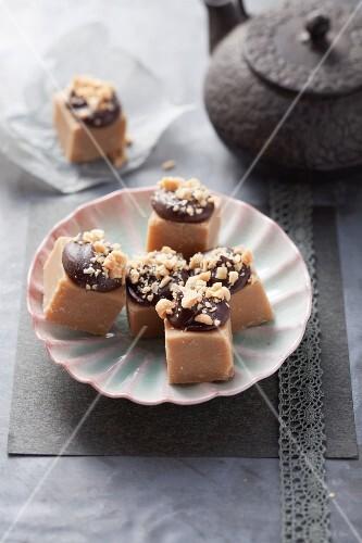 Erdnussbutter-Fudge mit Schokohaube