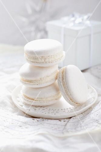 weiße Macarons zu Weihnachten