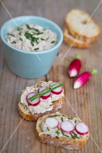 Bread with spread, radishes and chives